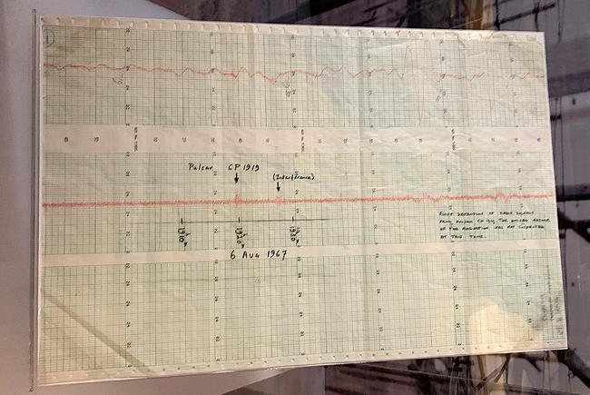 Graphique sur lequel Jocelyn Bell Burnell a reconnu pour la première fois la présence d'un pulsar, exposé à la bibliothèque de l'université de Cambridge.