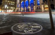 Projection lumineuse d'une carte du ciel, sur le pavage de la Place d'Armes, indiquant la position de l'étoile Polaire. © Steve Bilodeau-Bilatti