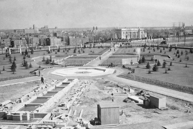 Construction de la cascade aux Jardins d'accueil.
