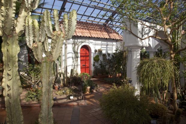 Le décor de l'Hacienda évoque les cours intérieurs d'un jardin hispanique.