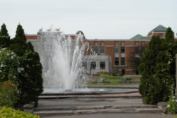 La fontaine des jardins d'accueil.