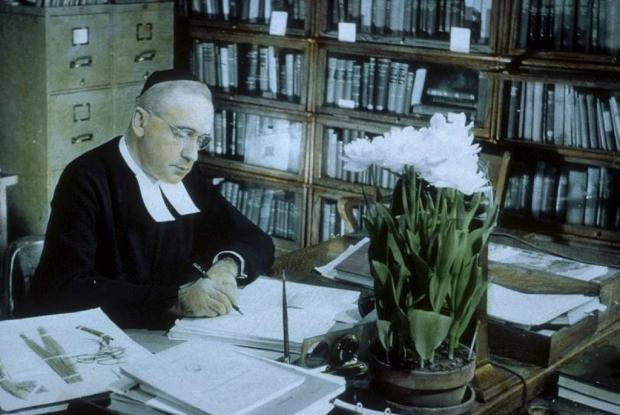 Frère Marie-Victorin à son bureau.