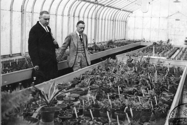 Henry Teuscher avec le frère Marie-Victorin à la Serre A-1, 1936.