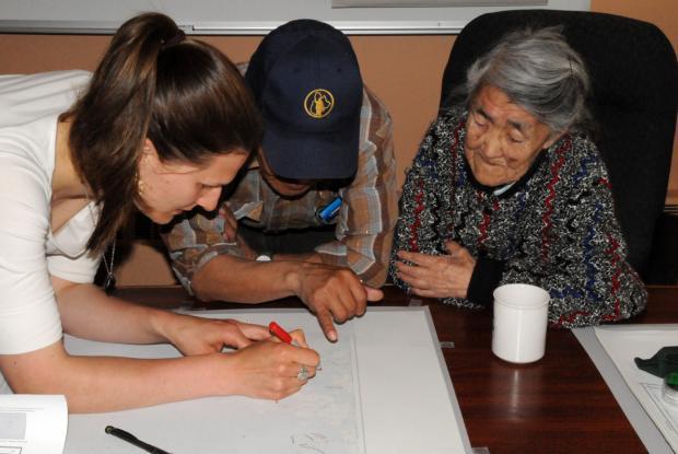 Interview sur les sites de récolte à l'aide de carte à Nain, Nunatsiavut (Labrador). Laura Siegwart Collier (étudiante à MUN), Wilson Jararuse (interprète) et Verona Ittulak (aînée de Nain)