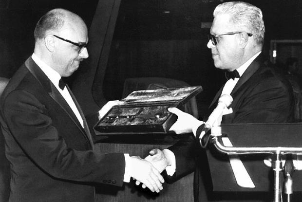 Le maire Drapeau reçoit la clé du Planétarium du Dr Gendron.