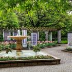 Vue générale du Jardin de la paix au printemps