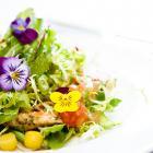 Une salade préparée avec des fleurs comestibles.
